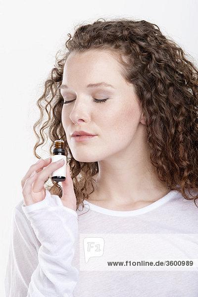 Frau riecht Aromatherapieöl