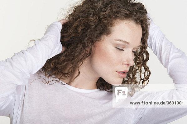Nahaufnahme einer Frau mit Hand im Haar
