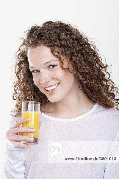 Porträt einer Frau mit einem Glas Orangensaft