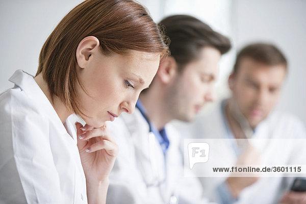 Ärztin bei der Arbeit mit ihren Kollegen