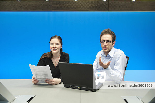 Geschäftsleute bei der Arbeit am Laptop im Konferenzraum