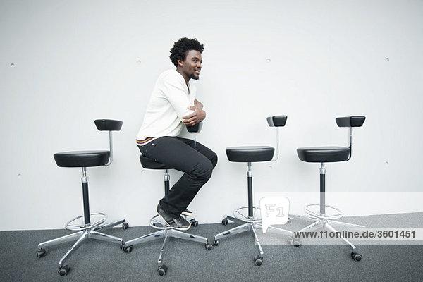 Geschäftsmann auf einem Stuhl sitzend und lächelnd
