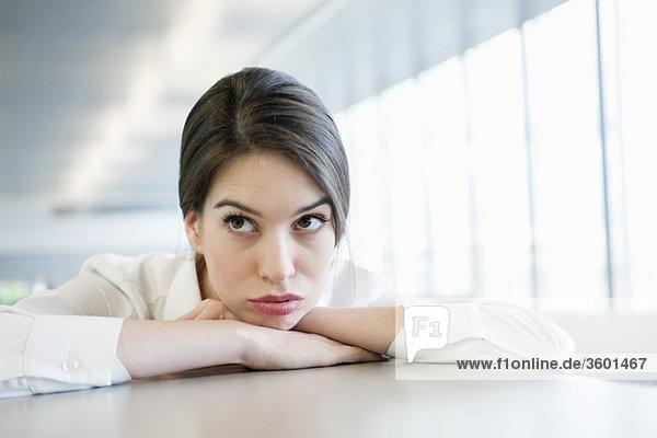Nahaufnahme einer traurig aussehenden Geschäftsfrau