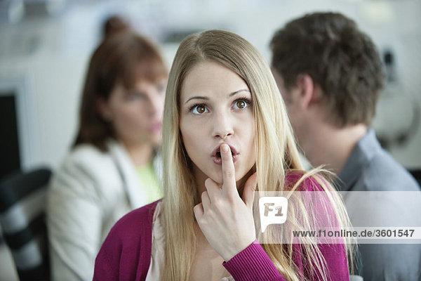 Nahaufnahme einer Geschäftsfrau  die überrascht aussieht