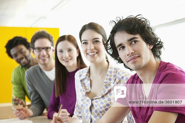 Geschäftsleute lächeln in einem Büro