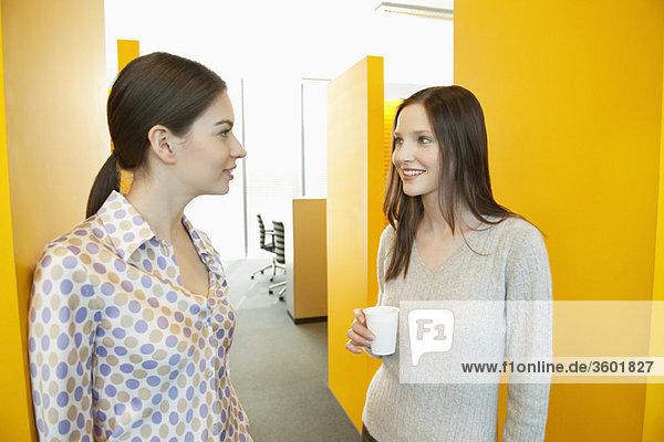 Geschäftsfrauen beim Teetrinken im Büro