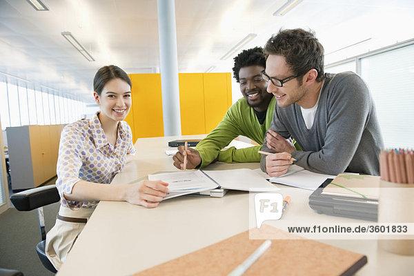 Geschäftsleute diskutieren Dokumente in einem Büro
