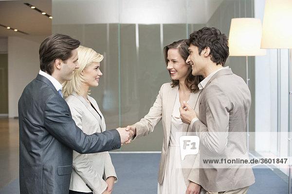 Führungskräfte beim Händeschütteln