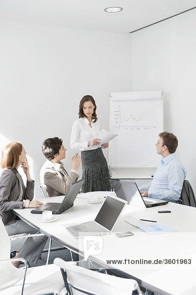 Geschäftsleute diskutieren in einem Vorstandszimmer