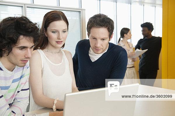 Geschäftsleute mit einem Laptop im Büro