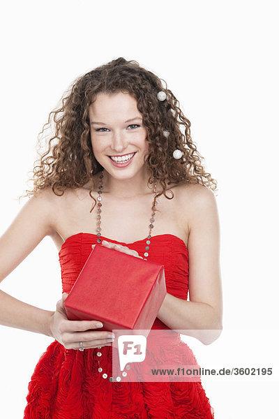 Porträt einer Frau mit Geschenk und Lächeln