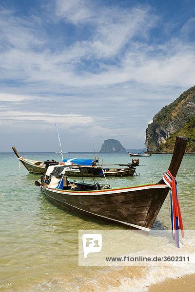 Longtailboote am Strand von Ko Muk  Thailand