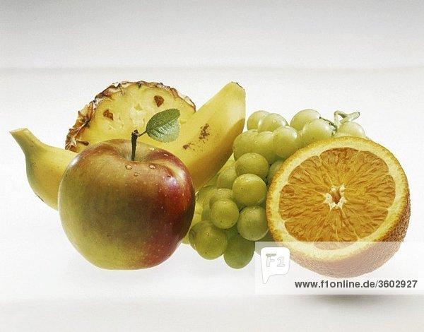Obststillleben: Apfel  Banane  Trauben  Ananas  Orange