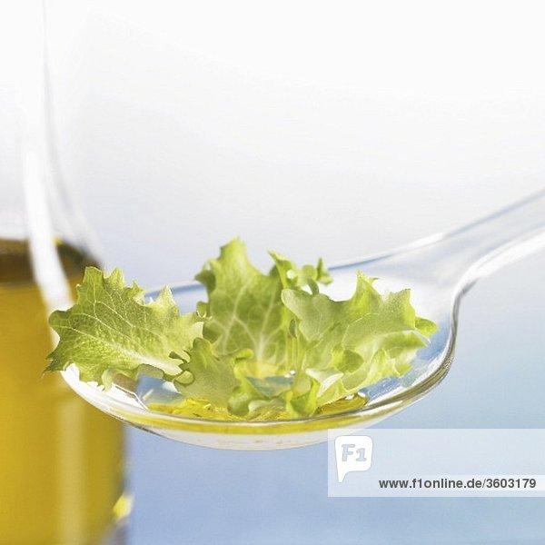 Salatblatt mit Öl auf Löffel