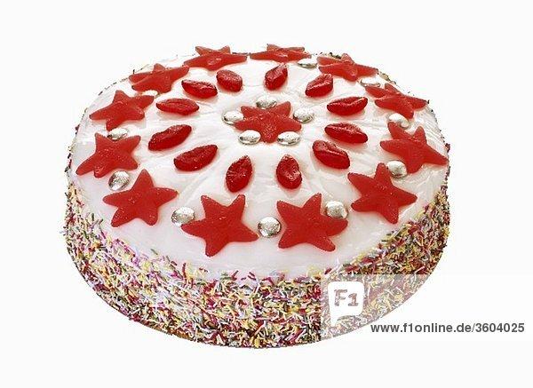 Torte verzierte mit bunten Streuseln und Fruchtgummi