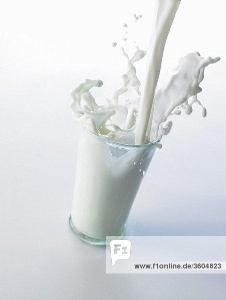 Milch in ein Glas giessen
