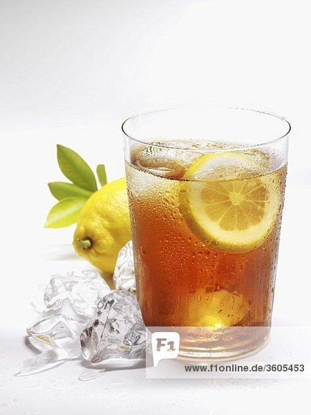 Glas Eistee mit Zitrone und Eiswürfeln