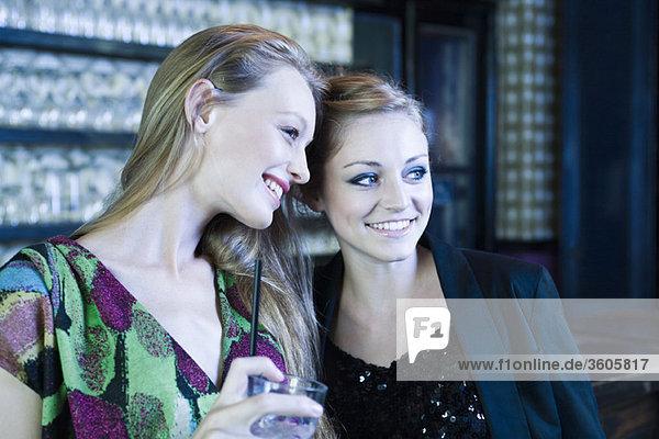 Freunde zusammen in der Bar
