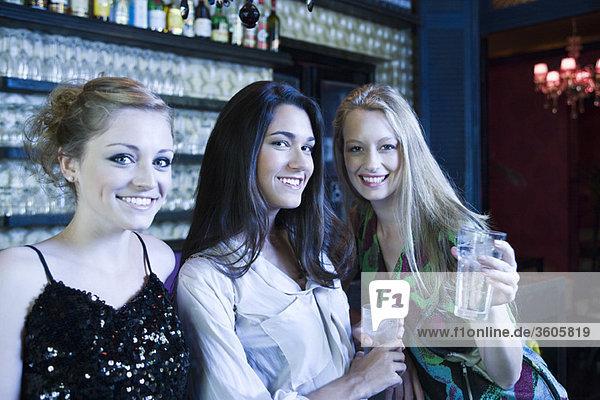 Freunde beim gemeinsamen Trinken an der Bar