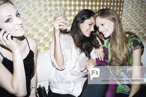 Freunde haben Spaß zusammen im Nachtclub.
