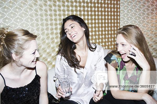 Freunde zusammen im Nachtclub