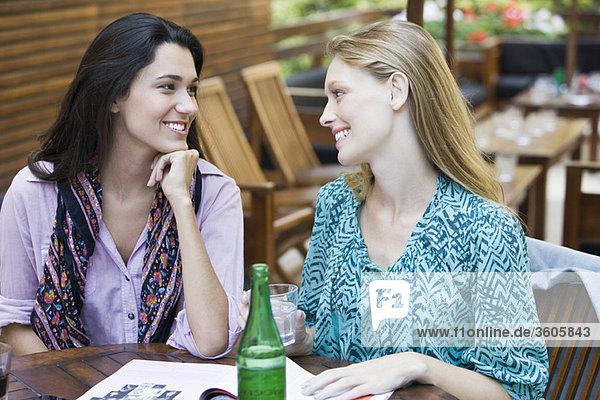 Freunde zusammen im Cafe