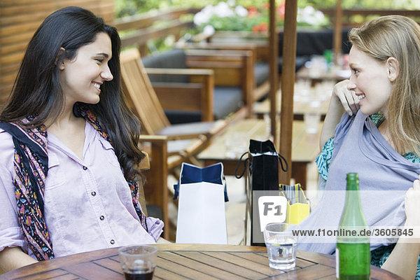 Freunde entspannen gemeinsam im Café