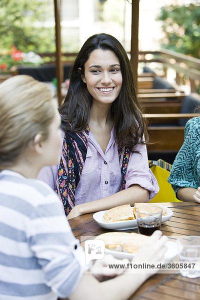 Junge Frau beim Mittagessen mit Freundin