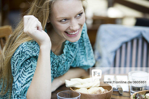 Junge Frau im Café