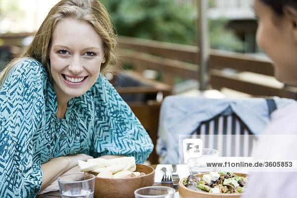 Junge Frau mit Freundin im Restaurant
