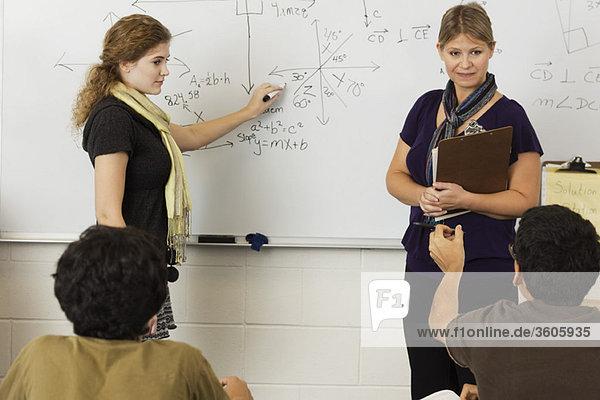 Lehrer erklärt den Schülern im Klassenzimmer die Mathematik