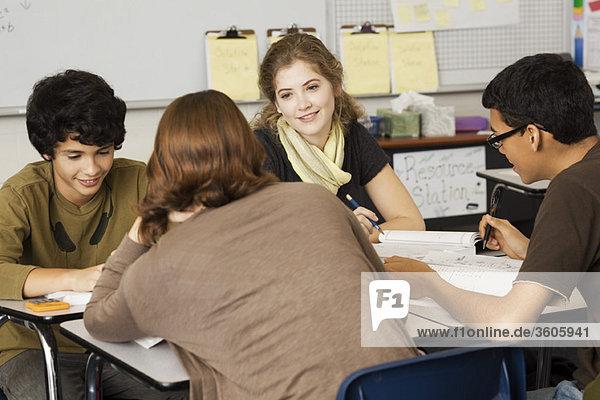 Gymnasiasten  die zusammen studieren