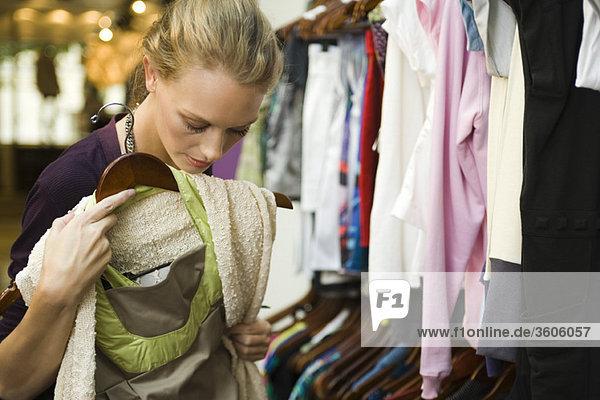Einkaufen im Bekleidungsgeschäft