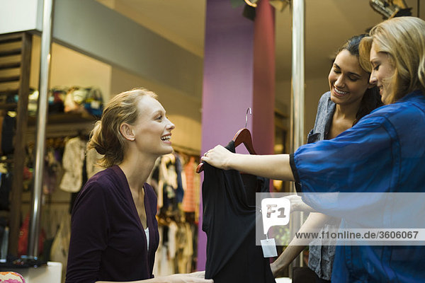 Freunde beim Einkaufen in der Bekleidungsboutique