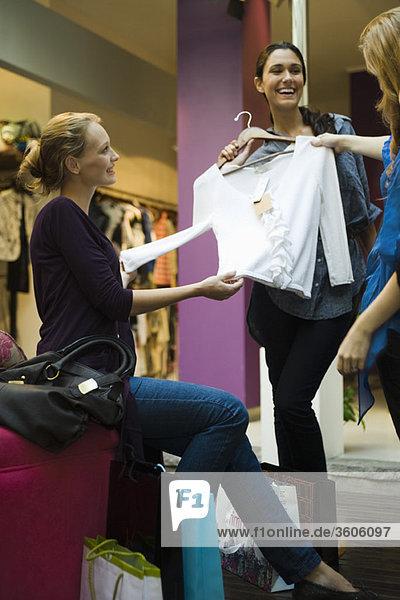 Freunde beim gemeinsamen Einkaufen im Bekleidungsgeschäft