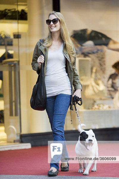 Junge Frau gehender Hund