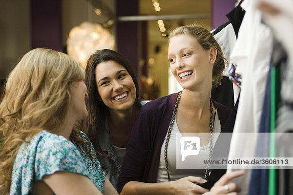 Freunde beim gemeinsamen Einkaufen