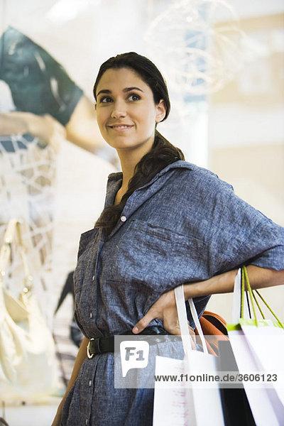 Shopper schaut in Gedanken weg