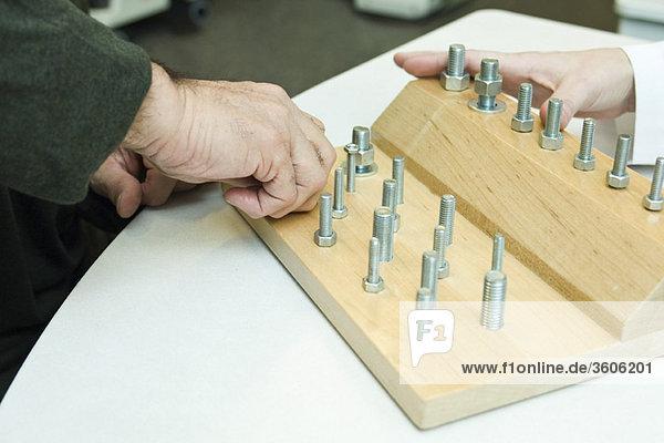 Einsatz eines therapeutischen Instruments zur Verbesserung der Feinmotorik und der Sinnesfunktion