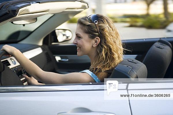 Junge Frau fährt Cabrio