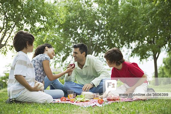 Familie genießt Picknick im Freien