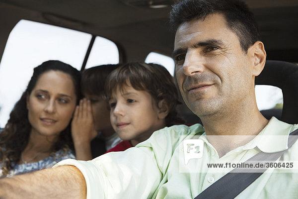 Mann fährt mit seiner Familie