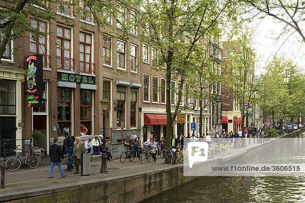 Fußgänger im Rotlichtviertel  Amsterdam  Niederlande Fußgänger im Rotlichtviertel, Amsterdam, Niederlande