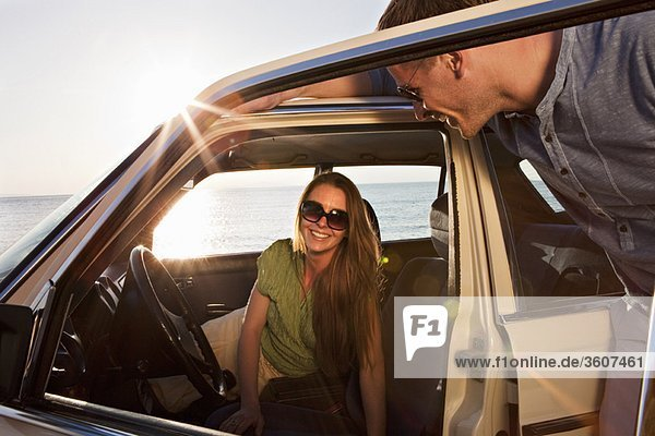 Paar mit Oldtimer auf dem Seeweg
