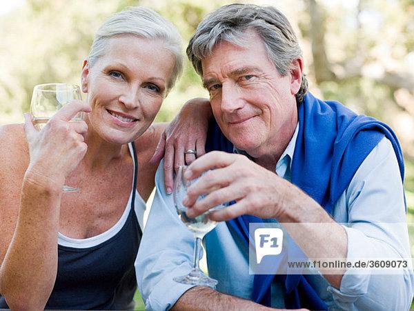 Reife Paare im Freien mit Wein
