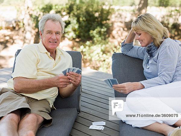 Spielkarten für reife Paare im Freien