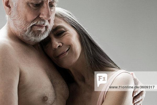 Seniorenpaar umarmt