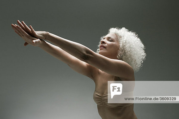 Reife Frau beim Dehnen Reife Frau beim Dehnen
