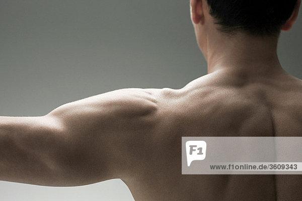 Muskulöser reifer Mann  Rückansicht