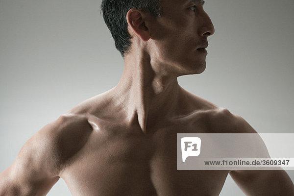 Muskulöser reifer Mann  Vorderansicht